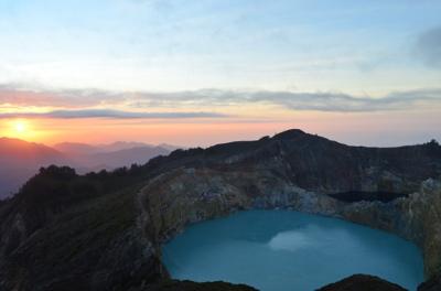 Lac_turquoise_du_Kelimutu.JPG